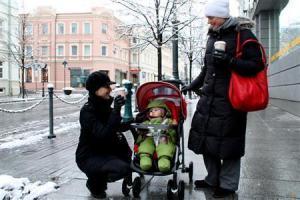 2012-11-24_Travel_Lithuania_【写真劇場】リトアニア・ビリニュス 旧市街に刻むルネサンスの跡05_【写真劇場】首都ビリニュスの目抜き通りを散歩する親・子・孫3代の家族。おしゃれないでたちに「最初、姉妹かと思いました」と声を掛けたら、「よく間違われます」と笑顔を見せた=10月28日、リトアニア(佐々木正明撮影)