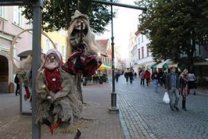 2012-11-24_Travel_Lithuania_【写真劇場】リトアニア・ビリニュス 旧市街に刻むルネサンスの跡06_【写真劇場】旧市街に残る石畳の歩道には、観光客が絶えない。魔女の人形はリトアニアのお土産として人気だ=9月17日、リトアニア・首都ビリニュス(佐々木正明撮影)