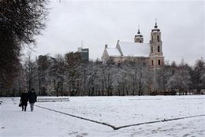 2012-11-24_Travel_Lithuania_【写真劇場】リトアニア・ビリニュス 旧市街に刻むルネサンスの跡07_【写真劇場】雪が積もり、白銀の世界となった首都ビリニュスの行政府広場。ソ連統治時代、ここにはレーニン像が立ち、暗い歴史もひきずっているが、今は市民の憩いの場になっている=10月28日、リトアニア(提供写真)