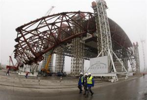 2012-11-30_Russia-Ukraine_原子炉の密閉作業が本格化 チェルノブイリ原発、崩落の危険高まり01_旧ソ連のチェルノブイリ原発4号機で建設が進む、原子炉を覆うための巨大構造物=27日、ウクライナ(ロイター)