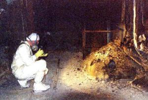 2012-11-30_Russia-Ukraine_低線量被曝でも白血病 米追跡調査、チェルノブイリの作業員11万人対象01_チェルノブイリ原発事故で溶けた核燃料やコンクリート、鋼鉄が混じり合った「象の足」と呼ばれる塊(右)の近くで放射線測定をする作業員=1996年4月(ロイター)