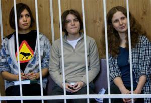 2012-11-30_Russia_反プーチン映像削除命じる 女性バンド問題でロシアの裁判所01_モスクワの法廷で、鉄格子のおりの中に座る「プッシー・ライオット」のメンバー=7月(AP=共同)