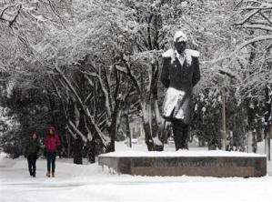 2013-01-01_Russia_寒波で120人超死亡 ロシア、首都で氷点下26度01_25日、氷点下8度のロシア南部スタブロポリで歩く2人の女性(ロイター)