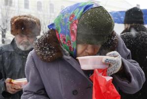 2013-01-01_Russia_寒波で120人超死亡 ロシア、首都で氷点下26度02_25日、ロシア南部スタブロポリで食料配給を受けるホームレスの女性(ロイター)