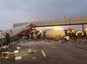 2013-01-01_Russia_ロシアで旅客機着陸失敗 機体前部大破、死者情報も01_29日、モスクワ郊外の空港で着陸に失敗し、大破した旅客機(AP)