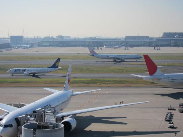 羽田空港 旅客機2〔フリー写真〕