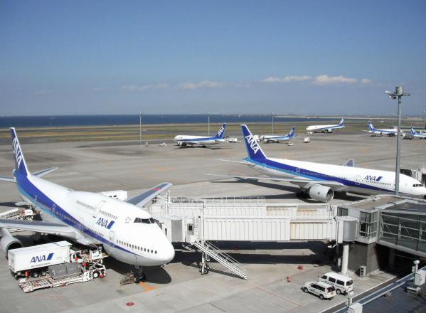 羽田空港 旅客機3〔フリー写真〕