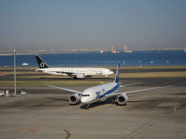 羽田空港 旅客機6〔フリー写真〕