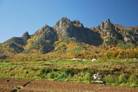 高原野菜畑と屋根岩