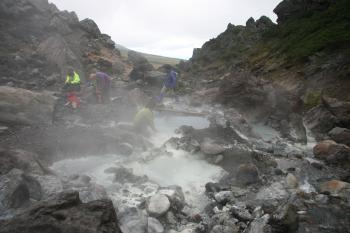 中岳温泉、石を積んだだけの簡素な湯船。足湯に最適!