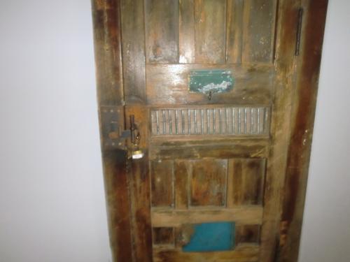 刑務所ドア