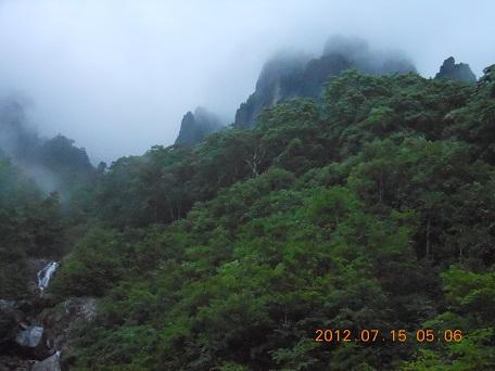 霧雨煙る錫丈前衛峰
