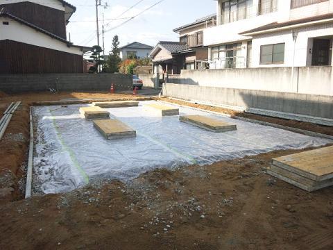 防湿シート敷き