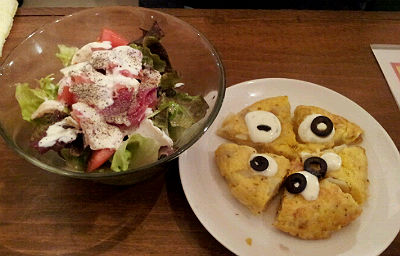 サラダとオムレツ