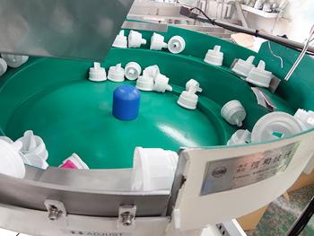 信和技研 / 洗剤容器ノズル用パーツフィーダー