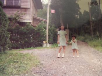 お姉ちゃんの子Kちゃんと、田舎の家の坂の半ばで 幅350