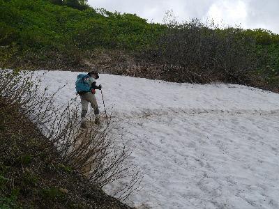 恐る恐る歩く雪渓