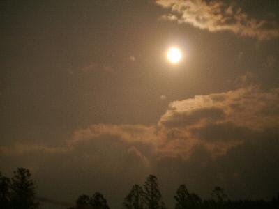 明るい満月
