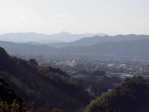 四国の阿讃山地が見える