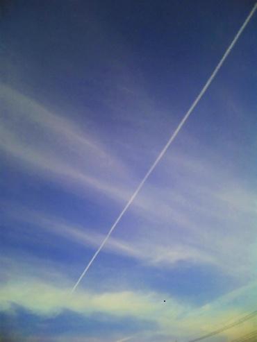 「写真で散歩」ブログ、年の初めは携帯で飛行機雲