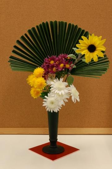 「写真で散歩」花愛で緑のガラス製花器で3種の菊を中心に愛でる。