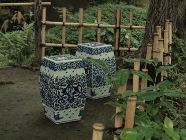 「写真で散歩」畠山記念館 庭園 陶器製のいす