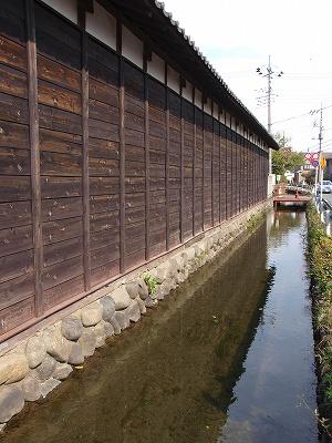 板塀と水路