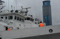 巡視船上で作業中のコーストガード
