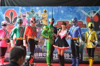 戰隊系列x假面騎士SPECIAL LIVE in Taiwan粉絲見面會@板橋大遠百で9月の公演よろしくねのポーズ