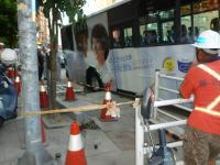 道路陥没で穴に落ちたバス1