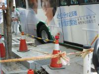 道路陥没で穴に落ちたバス2