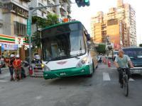 道路陥没で穴に落ちたバス4