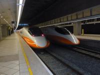台湾高鐵左營站で出発を待つ新幹線1129