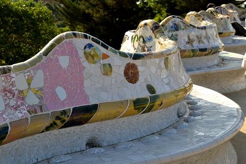 9グエル-広場のベンチ
