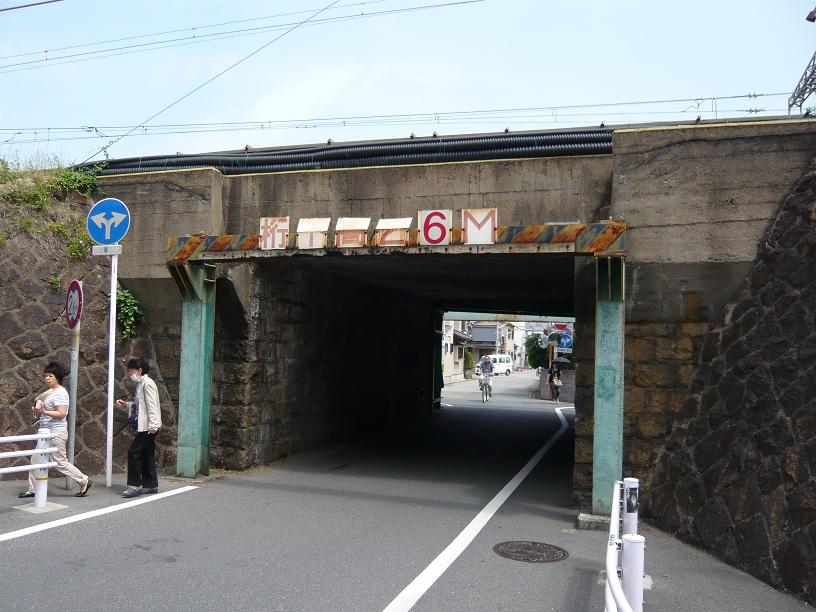 高架のトンネル