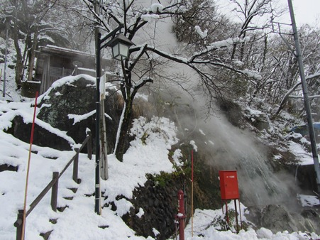 姫川温泉の噴出口