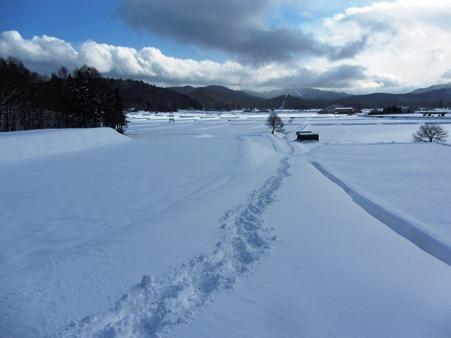 私だけが通った道、一歩一歩雪の中を歩く道