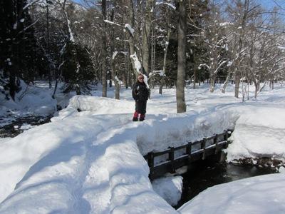 厳冬の姫川源流と私、橋に積もった雪で雪の多さがお分かり願えるかな?