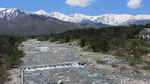 平川に架かる橋から見た白馬三山、雪解けの水は冷たいよ