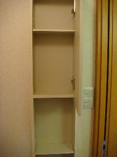 カーサ・アルスール 101号室 トイレ収納棚