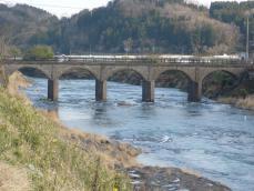 少し離れたところにある古びた橋