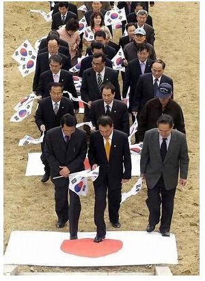 【国辱】 ネトウヨが韓国国旗を踏みつける動画、海外でニュースになり日本への大きな失望広がる