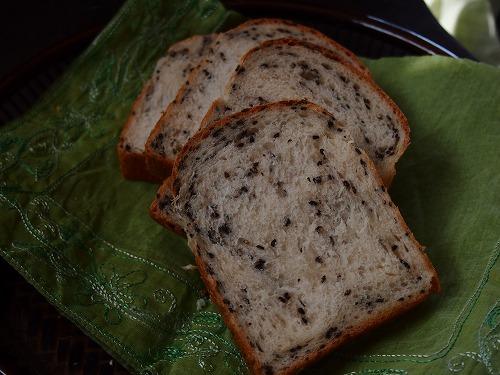 黒ゴマ食パン3