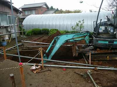 浄化槽を埋める穴を掘ります