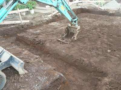 ショベルカーで家の輪郭を掘りました