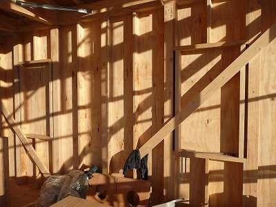 窓が出来るところに木の枠が用意されています