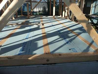 断熱材が敷き詰められた一階の床