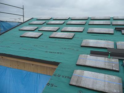 屋根にスレートを設置します