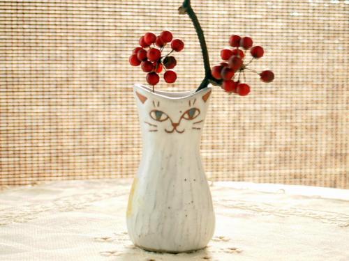 ネコ一輪ざし三毛猫