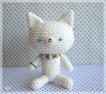 ビーズネックレスの白猫さん
